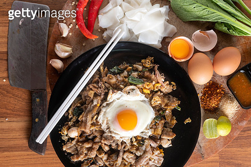 Stir fried flat noodle and pork with dark soy sauce (Thai people called Pad See Ew) - gettyimageskorea