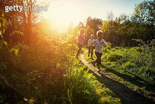 Kids running in nature. - gettyimageskorea