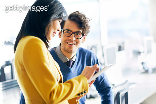 Two colleagues having a conversation in office - gettyimageskorea