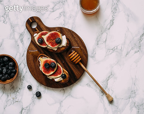 Grill Toast with Honey, Cream Cheese or Ricotta and Fresh Ripe Figs on Cutting Board. - gettyimageskorea