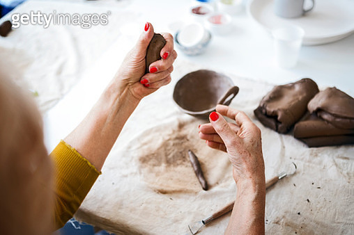 Senior woman on pottery class molding a clay - gettyimageskorea