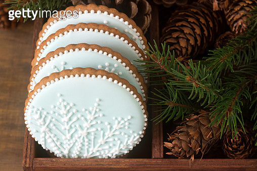Gingerbreads With A Snowflake On A Blue Background In A Wooden Box With Fir Branches And Cones.... - gettyimageskorea