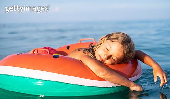 Beauty small girl enjoying floating on the sea - gettyimageskorea