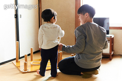 Two sisters at home, rear view - gettyimageskorea