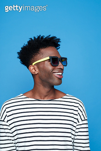 Happy afro american young man wearing sunglasses - gettyimageskorea