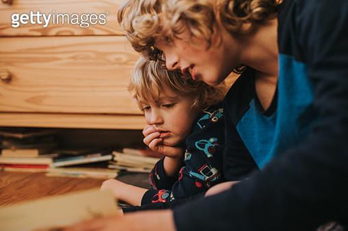 Boys reading Together - gettyimageskorea