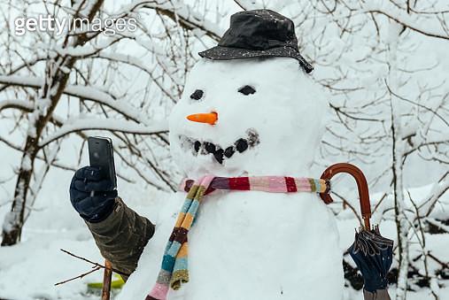 Snowman taking selfie - gettyimageskorea