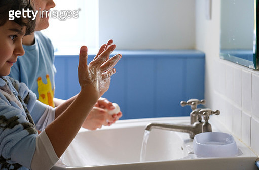 Children washing their hands with soap by the sink - gettyimageskorea