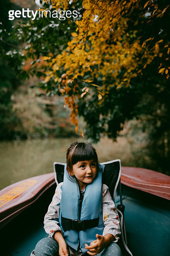 Adorable mixed race girl enjoying a boat ride with autumn foliage - gettyimageskorea