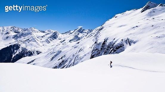 Female skier skiing on Zischgelesspitze mountain, Zischgeles mountain, Stubai Alps, northern Tyrol, Tyrol, Austria - gettyimageskorea