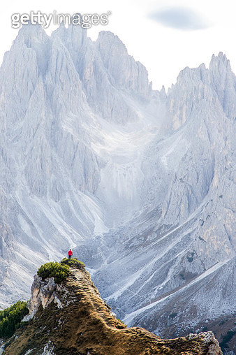 Discovering the Dolomite mountains during autumn season during road trip in the Italian Alps. Tre Cime di Lavaredo. - gettyimageskorea