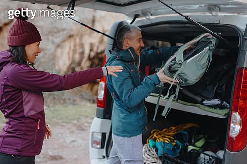 Climbing instructor loading luggage in van - gettyimageskorea