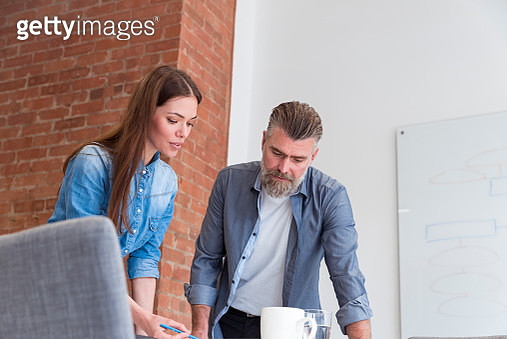 Two colleagues talking in the office - gettyimageskorea