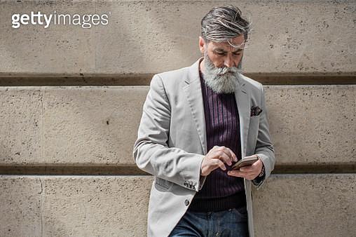 Senior man sending a mobile phone message - gettyimageskorea