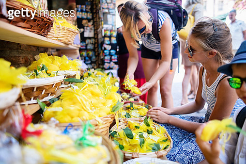Family buying some souvenirs on street stand in beautiful Italian town of Sirmione.  Nikon D850 - gettyimageskorea