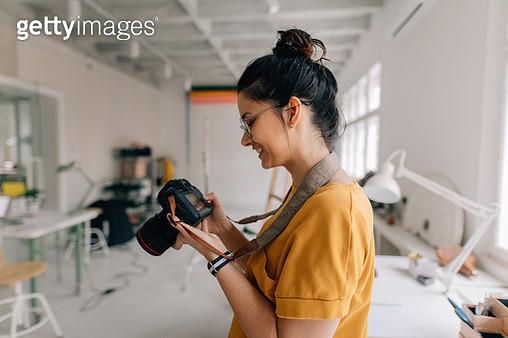 Photographer working in a studio - gettyimageskorea