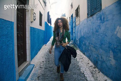jeune femme marche dans la rue - gettyimageskorea