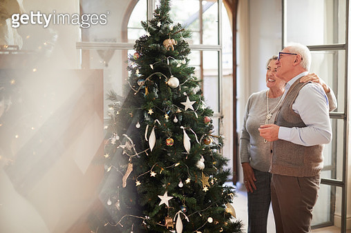 Christmas lifestyle themes. People celebrating Christmas at home. Shot in Barcelona with Spanish models. - gettyimageskorea