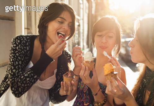 three girlfriends eating icecream - gettyimageskorea