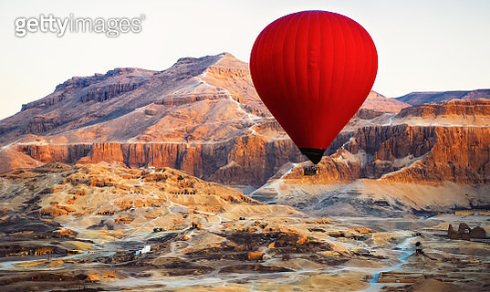 Hot air balloon in Luxor, flying over the Valley of the Kings. - gettyimageskorea