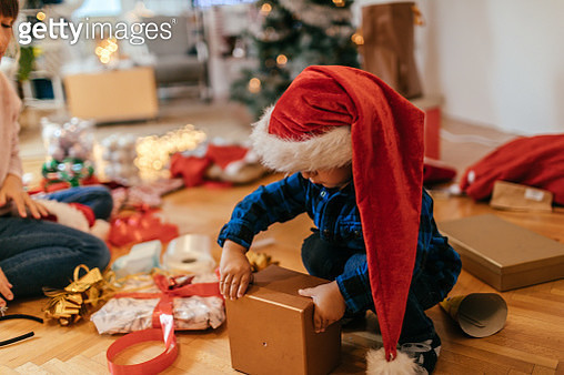 Wrapping Christmas presents - gettyimageskorea