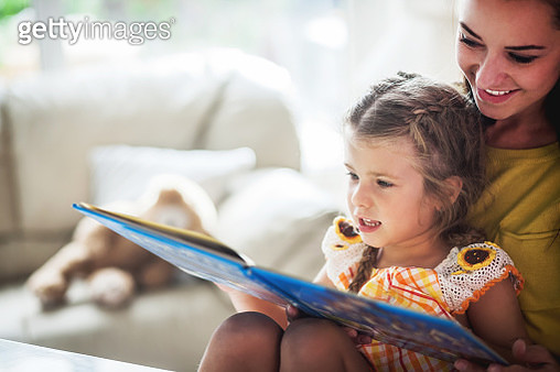 Mother And Daughter  Reading Book Together - gettyimageskorea