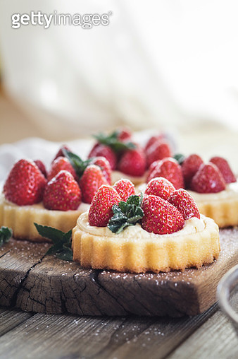 Tartlets with pudding filling and strawberries - gettyimageskorea