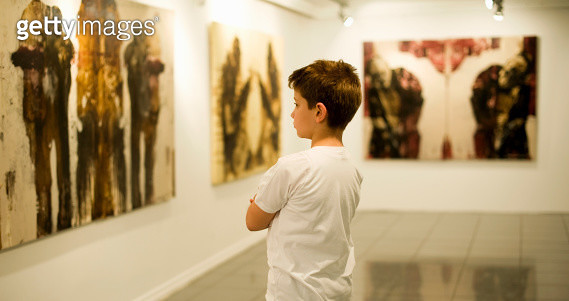 9 years old boy visiting an art gallery and looking to the paintings…  - gettyimageskorea
