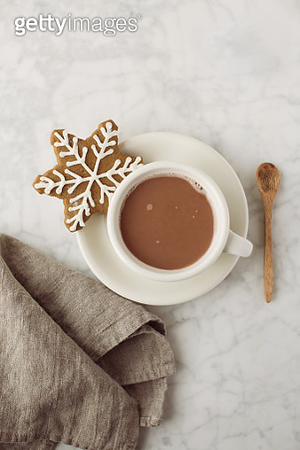 Snowflake gingerbread cookie with hot chocolate - gettyimageskorea