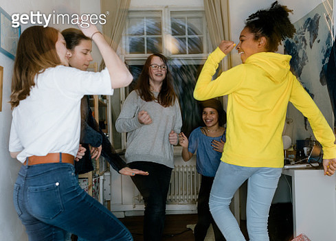Group of tweens dancing together in bedroom. - gettyimageskorea