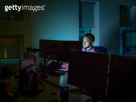 Businessman working late - gettyimageskorea
