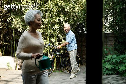 Senior couple in yard - gettyimageskorea