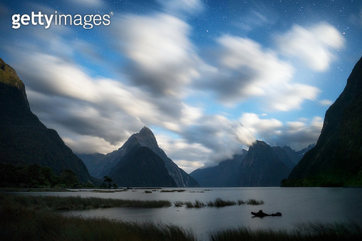 The Milford Sound fiord at night. - gettyimageskorea