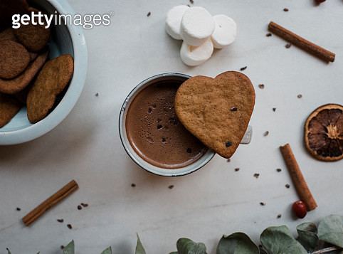 hot chocolate with heart shaped biscuit and marshmallows - gettyimageskorea