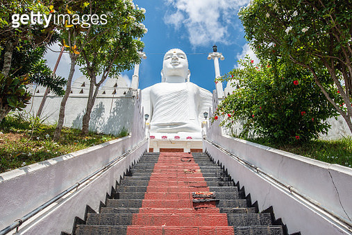 This beautiful white statue can be seen from the entire city of Kandy. - gettyimageskorea