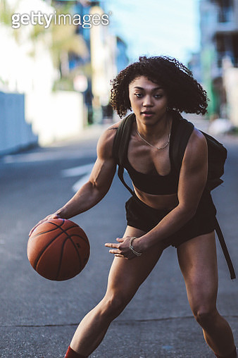 Young woman practicing streetball while walking the streets of Venice, California - gettyimageskorea