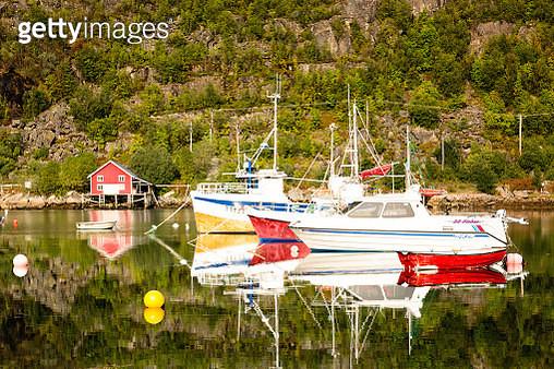 Autumn landscape sea view of Norwegian Sea near Tromso. Reflections on water - gettyimageskorea