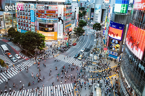 Elevated view of famous Shibuya pedestrian crossing, Tokyo, Japan - gettyimageskorea