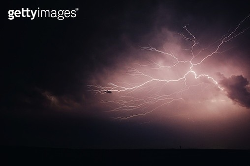 Low Angle View Of Thunderstorm - gettyimageskorea
