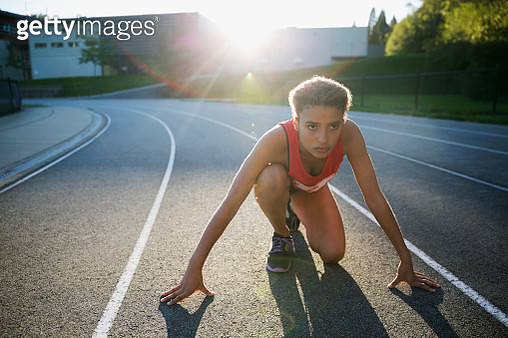 Focused high school track and field athlete ready - gettyimageskorea