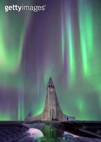 Northern lights shining over the church in Reykjavik Iceland . - gettyimageskorea