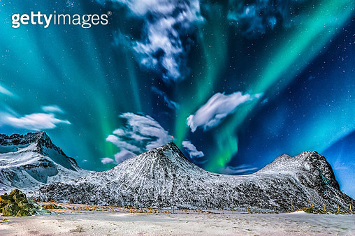 Northern lights over Mt. Moentinden, Flakstad, Lofoten, Nordland, Norway - gettyimageskorea