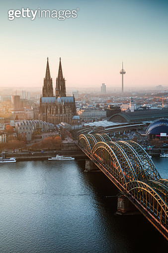 Hohenzollern Bridge and city skyline with cathedral, Cologne, North Rhine-Westphalia, Germany - gettyimageskorea