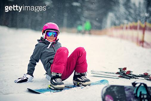 Little girl learning to snowboard - gettyimageskorea