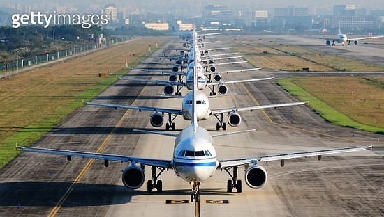 so many airplanes are in line on the runway waiting for take off - gettyimageskorea