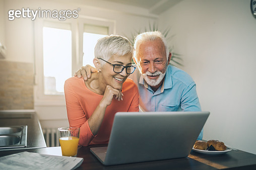 Senior couple staying in touch with their family - gettyimageskorea