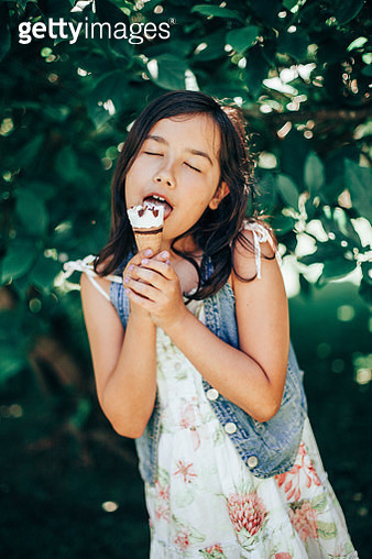 young girl eating a  chocolate  ice cream - gettyimageskorea