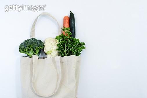 Fresh vegetables and cotton canvas reusable shopping bag - gettyimageskorea