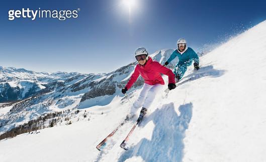 Austria, Salzburg, Young couple skiing on mountain - gettyimageskorea