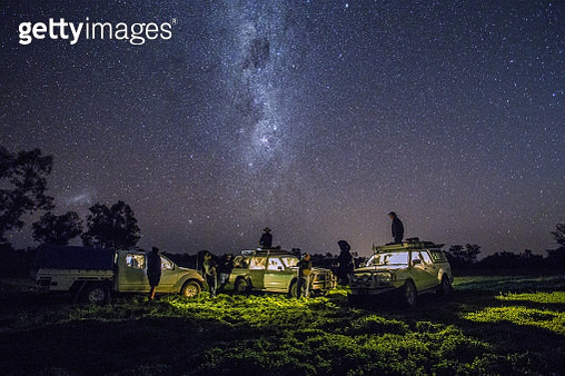 A group men with four wheel drive´s look at the Milky Way in outback Australia. - gettyimageskorea